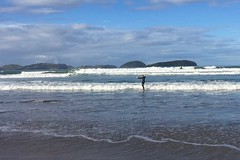 Micha bei einer der (wenigen) erfolgreichen Sessions auf dem Surfboard in Ohui