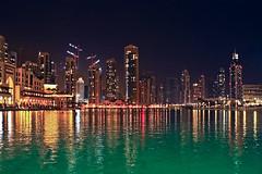 Dubai Lake at night (Rita Eberle-Wessner) Tags: dubai vereinigtearabischeemirate uae vae unitedarabianemirates stadt city nacht night arabien arabia skyline wolkenkratzer hochhäuser wasser brunnen see gebäude building dubailake kran kräne
