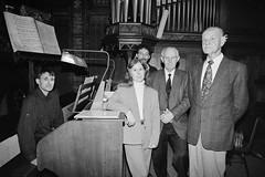 V.l.n.r. Johan Akerboom, Anja van der Ploeg, Frank Segers, Leen Schippers en Albert Helmus bij het Adema-orgel, St.-Agathakerk, Lisse, 1998. Foto: Sven van der Vlugt.