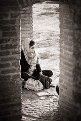 Imagery (Tom Levold (www.levold.de/photosphere)) Tags: fuji fujixpro2 isfahan xf18135mm people street candid esfahan sw bw portrait porträt youngwoman jungefrau brückenbogen siosepol arc