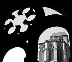 Sacred Fleurop (TablinumCarlson) Tags: middle ages mittelalter dark age refurbished rheinland pfalz trèves moselle wine region augusta treverorum city zentrum kirche church leica rhinelandpalatinate rhineland palatinate germany trier dom st peter leibfrauenkirche kreuzgang unesco welterbe world heritage gotik romanik our lady gothic cathedral window fenster churchofourlady cathedralofstpeter of bw sw black white liebfrauenkirche scared fleurop blume m8 treves leicam 28mm summicron