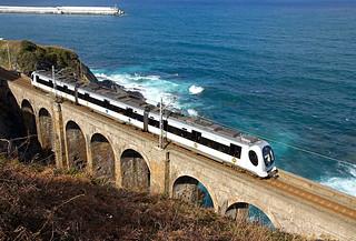 Una UT 950 sin identificar a su paso por el viaducto de Lamiaran efectuando un servicio Bermeo-Bilbao