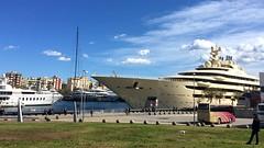 """Paseando la mascota"" (atempviatja) Tags: maremagnum barcelona nubes cielo parque mascota yate crucero maritimo mar paseo"
