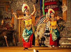 La danza Balinesa (Nebelkuss) Tags: indonesia bali ubud danzalegong legongdance ramayana bailarina dancers baile dance canoneos5d canonef24105l