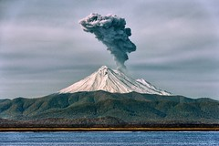 Snowy Smoking Volcano – j80_10054-px2 (Jacques de Selliers) Tags: kamchatka kamtchatka kamchatka2014 deselliers jacquesdeselliers russia russianfederation volcano kamchatkavolcanoes volcan volcandukamtchatka russie