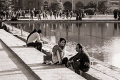 Couples (Tom Levold (www.levold.de/photosphere)) Tags: fuji fujixpro2 isfahan sw street people candid xf18135mm bw esfahan couple paar wasser water reflection spiegelung