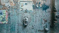 Words Are Dead (Tom Levold (www.levold.de/photosphere)) Tags: fuji fujixpro2 isfahan xf18mm bazaar basar esfahan abstract abstrakt türknauf tür door doorknob paper papierschnipsel