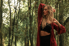 deep red (Xavi-14) Tags: modelo model bosque forest canon 50mm 24105mm 70d girl woman booking book nature green tree arboles she picture models grass arbol