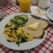 Rührei zu Toast und Gurkensalat