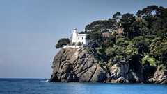 Portofino Lighthouse - Faro de Portofino (Raúl Alejandro Rodríguez) Tags: bosque wood forest árboles trees mar sea costa shore coast faro lighthouse rocas rocks portofino liguria italia italy
