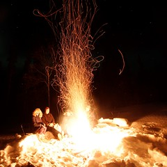 (Camusi) Tags: canada territoiresdunordouest tno northwestterritories northof60 nord north nwt winter hiver march mars yellowknife evening soir chalet cabin outdoor pleinair nuit fire feu feudejoie openfire etincelles sparkles friends amis