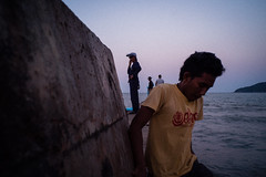 * (Sakulchai Sikitikul) Tags: street snap streetphotography songkhla sony a7s fisherman 28mm voigtlander seascape sea samilabeach thailand