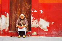 Mujer (woolgarphilippe) Tags: mujer femme dame woman old poor pauvre vieille mexique mexico assis assise pobre calle street rue