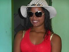 DSCN0189 (Altamair Peixoto) Tags: retrato morena chapéu óculos gente interior pessoa