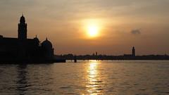 P2120729 tramonto su Venezia (La Patti) Tags: backlight venezia veneto italia italy tramonto sunset venice sea mare oceano ocean water acqua mediterraneo outdoor all'aperto