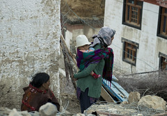 (Flora Eiffel) Tags: explore india भारत himachalpradesh woman child kid portrait people voyage travel canon80d digital canon 80d reportage photoreportage himalaya tibet red white roadtrip route village