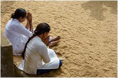 NAMASTE ... (miriam ulivi) Tags: miriamulivi nikond7200 tempiobuddista buddhisttemple donne women sabbia sand