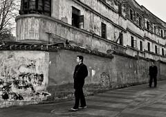 Yunnan - Dans les rues du vieux Kunming. (Gilles Daligand) Tags: kunming yunnan chine china rue street batiment abandonné pietons hommes noiretblanc sepia bw monochrome sony nex5n