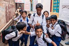 L'école est finie (Sessiongraff) Tags: inde varanasi pupils uttarpradesh in students children indian enfants écoliers école school groupe group indiens