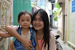 mother and daughter (the foreign photographer - ฝรั่งถ่) Tags: mother daughter fake braces khlong thanon portraits bangkhen bangkok thailand nikon d3200