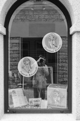 Reflected in the window (Franco & Lia) Tags: self selfportrait autoritratto riflessi reflections window vetrina francopampiro biancoenero noiretblanc blackandwhite