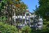 Duisburg - Innenstadt (66) - City-Wohnlage (Pixelteufel) Tags: duisburg nordrheinwestfalen nrw architektur fassade gebäude innenstadt city stadtmitte stadtkern wohnen wohnhaus wohngebäude balkon vorgarten buschwerk sträucher