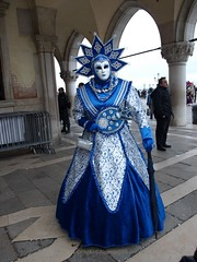 Venise Carnaval 2018 (Norman555) Tags: artistique art europe expression regard yeux urban urbanlifeinmetropolis italie olympus photo photography photographie photographe photos portrait street streetlevelphoto streetphotography streetphoto streetphotographer rue femme frau female flickr festival mujer mulher wonderfulworld woman wife costume carnaval venise venezia beautiful beau norman masque