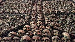 Pelones (Don César) Tags: milan milano italy italia europe europa huesos craneos skulls bones chiesadisanbernardinoalleossa church iglesia cross cruz muerte death pile monton ossuarysvault