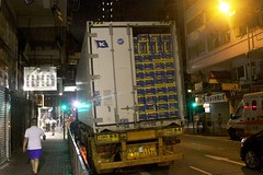 Unloading a refrigerated container full of fruit (Marcus Wong from Geelong) Tags: yaumatei hongkong hongkong2016