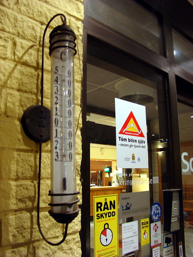 Термометр у входа в отель
