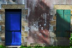 (Jean-Luc Léopoldi) Tags: maison cottage bretagne ombre soleil bleu porte volets mur