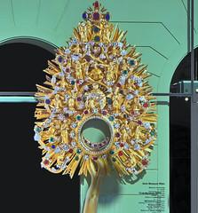 devotional . . . (Heinz Rührnschopf) Tags: schaugerät liturgie monstranz gold edelstein juwelierarbeit filigran kostbarkeit pieta engel propheten