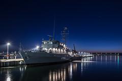 Seesprengung in der Kieler Bucht (Offizieller Auftritt der Bundeswehr) Tags: marine schiff boot minenjagdboot sulzbachrosenberg m1062 typ332 frankenthalklasse hafen marinestützpunkt pier mole dämmerung morgendämmerung blauestunde kiel schleswigholstein deutschland