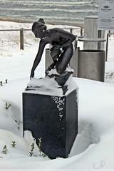 Mädchenskulptur an der Binzer Strandpromenade (lt_paris) Tags: urlaubinbinz2018 rügen binz skulptur plastik winter schnee strandpromenade ostsee wasserschöpferin emilcauer