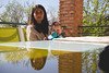 Mamá y bebé (Victor Miralles) Tags: deexcursion portrait reflections babies moms bebes mamas