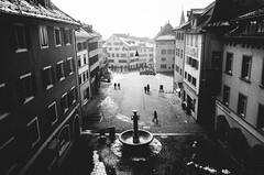 the center (matthias hämmerly) Tags: switzerland candid street streetphotography shadow contrast grain ricoh gr black white bw monochrom monochrome city town urban blackandwhite strasse people monochromphotography dark place fog foggy rapperswil men women silhouettes fountain winter cold