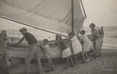 """Ascoli com'era: Grottammare, """"oh issà"""", si spinge la barca sulla riva (1922) (Orarossa) Tags: 2130256 italy italia marche ascolipiceno grottammare 26081922 barca mare spiaggia arenile vela bambini"""
