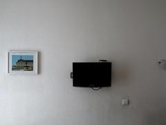 Bild und Abbild / Two Frames (bartholmy) Tags: bordeaux france frankreich hotel hotelkunst hotelart bild image fernseher fernsehapparat tv screen bildschirm samsung tapete raufaser rauhfaser wallpaper lichtschalter lightswitch lampe lamp minimal minimalism minimalismus minimalistisch