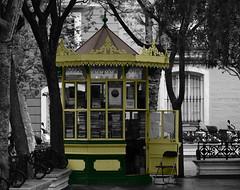 Le kiosque (hans pohl) Tags: espagne andalousie cadix villes cities architecture fenêtres windows noiretblanccoloré blackandwhite recoloured
