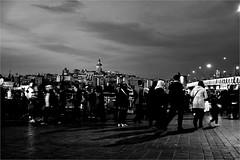 spi_308 (la_imagen) Tags: türkei turkey türkiye turquía istanbul istanbullovers eminönü akşam abenddämmerung abendstimmung abend evening eveningmood sw bw blackandwhite siyahbeyaz monochrome street streetandsituation sokak streetlife streetphotography strasenfotografieistkeinverbrechen menschen people insan galatabrücke galataköprüsü galatabridge galatakulesi galatatower galataturm haliç goldenhorn goldeneshorn