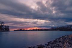 Regen zieht auf... (Jana`s pics) Tags: sunset sonnenuntergang wolken clouds sky himmel abend eveningmood abendstimmung abendrot canon6dmarkii rhein rheinhafen rhine water wasser evening