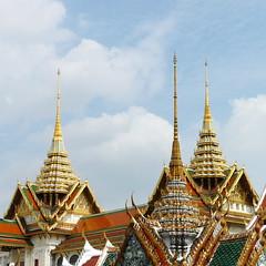 Una aguja roja y dos amarillas (grand poulet) Tags: pináculo aguja tejado wat phrakaew palacio bangkok tailandia