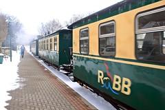 Der Rasende Roland im Bahnhof in Binz (lt_paris) Tags: urlaubinbinz2018 binz rügen rasenderroland schmalspurbahn kleinbahnhof bahnhof schnee winter zug waggons eisenbahn