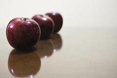 Three Apples (Roberto Zerpa) Tags: apple natural fruit red three nature manzana rojo frutas tres