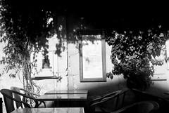 Sur la terrasse mais pas trop au soleil... (woltarise) Tags: terrasse caférestaurant arles france balkania russe ombreslumière argentique film acros100 fuji mamiyasuperdeluxe neopan