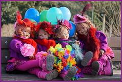 Kindergartenkinder ... so ein Tag, so wunderschön wie heute ... (Kindergartenkinder) Tags: kindergartenkinder annette himstedt dolls sanrike tivi gruga grugapark essen karneval fasching annemoni milina kugel gras