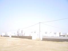 Au milieu du soleil (Pi-F) Tags: désert mauritanie soleil lumière batiment blanc afrique maison habitation architecture fil électrique mur