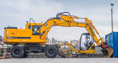 Famille monoparentale (axel274) Tags: canonpowershotg5x lausanne schweiz suisse switzerland vaud pelleteuse trax chantier machine