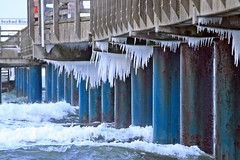 Eiszapfen an der Seebrücke (lt_paris) Tags: urlaubinbinz2018 binz rügen seebrücke eiszapfen winter wellen gischt wasser ostsee meer