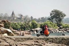 Dailylife in Orchha (Iam Marjon Bleeker) Tags: india orchha bridge scooter sari color colorful colour wash peopleinindia peopleinorcha dag11md0c9056g2
